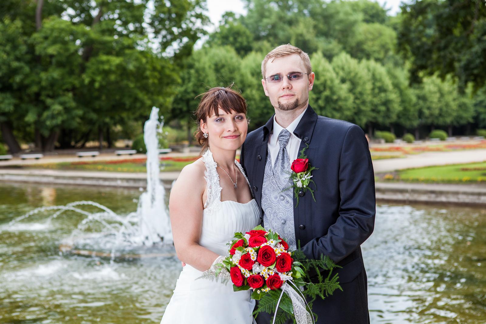 Hochzeitsfoto mit Brautpaar am Brunnen