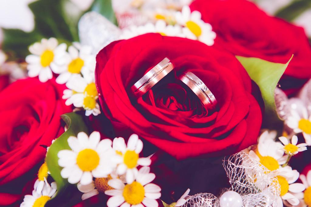 Hochzeitsfoto mit Eheringen im Brautstrauß