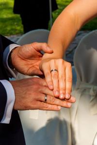 Hochzeitsfoto mit den Eheringen nach der Zeremonie