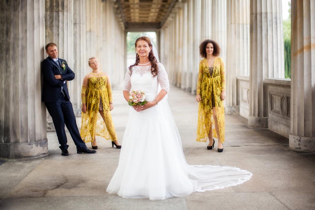 Hochzeitsfoto mit dem Brautpaar und Kindern