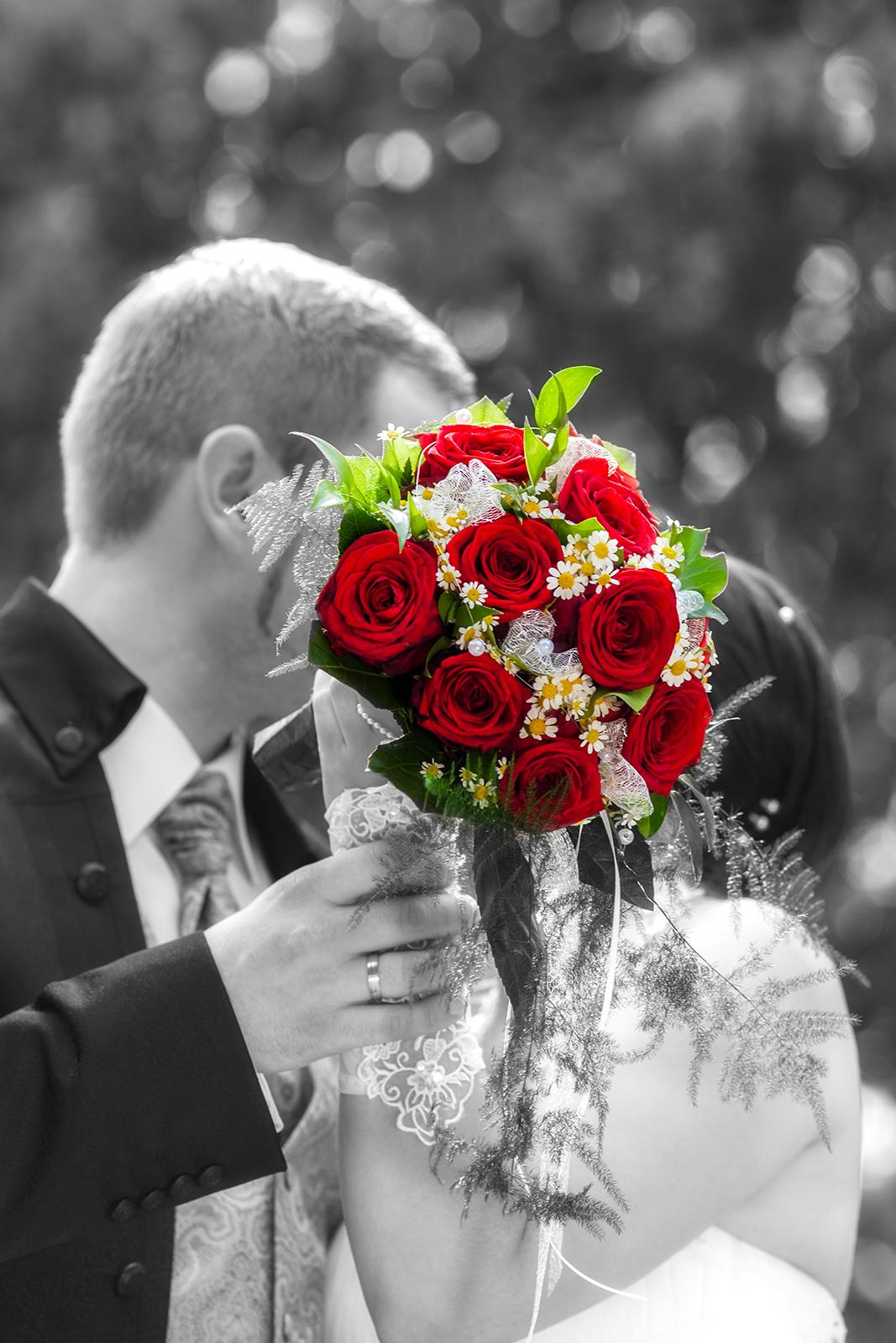 Hochzeitsfoto mit Brautpaar und Brautstrauß