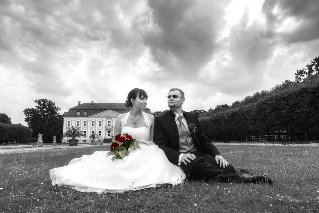 Hochzeitsfoto mit Brautpaar vor Schloss
