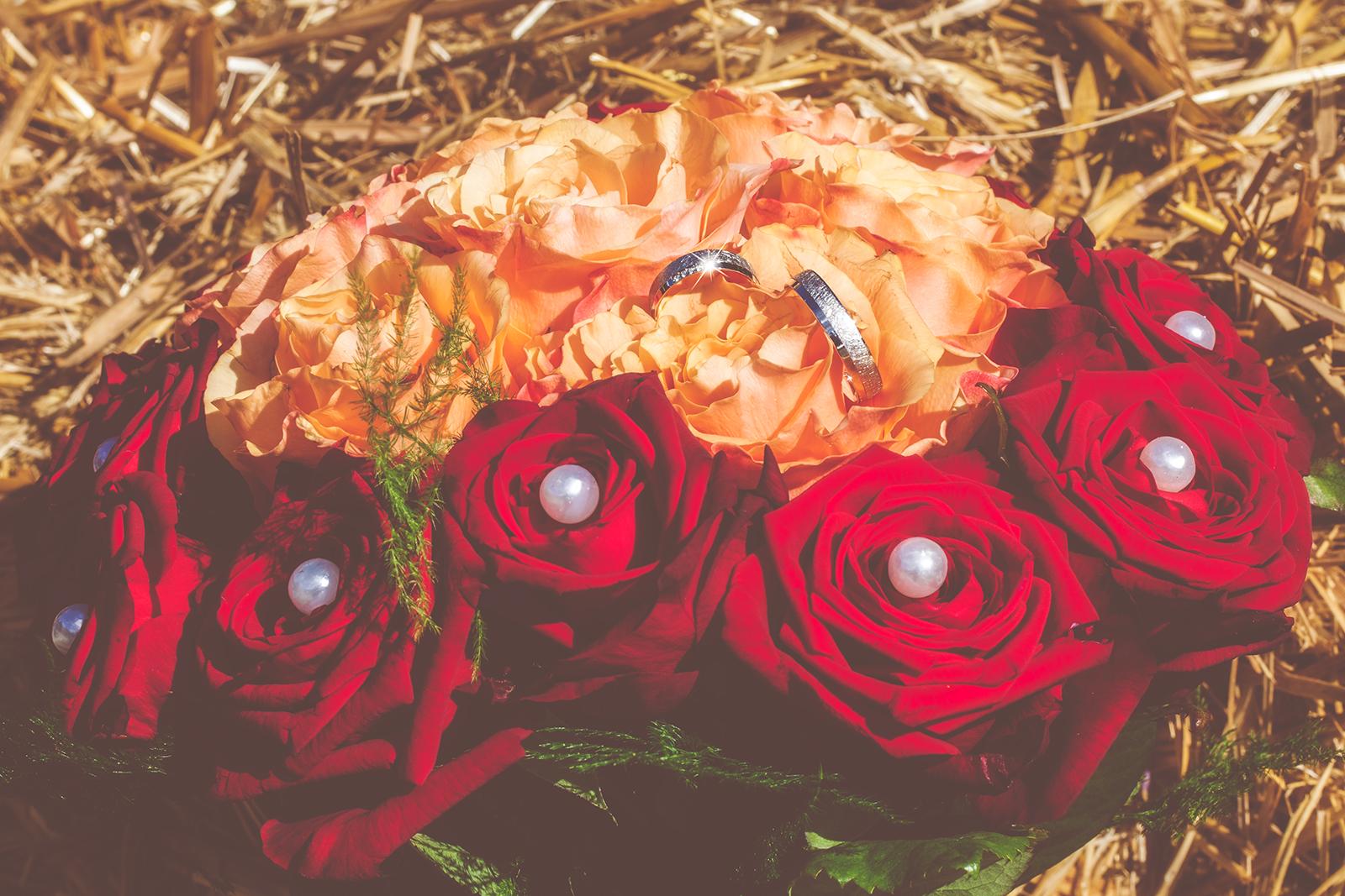 Hochzeitsfoto mit dem Brautstrauß und den Eheringen
