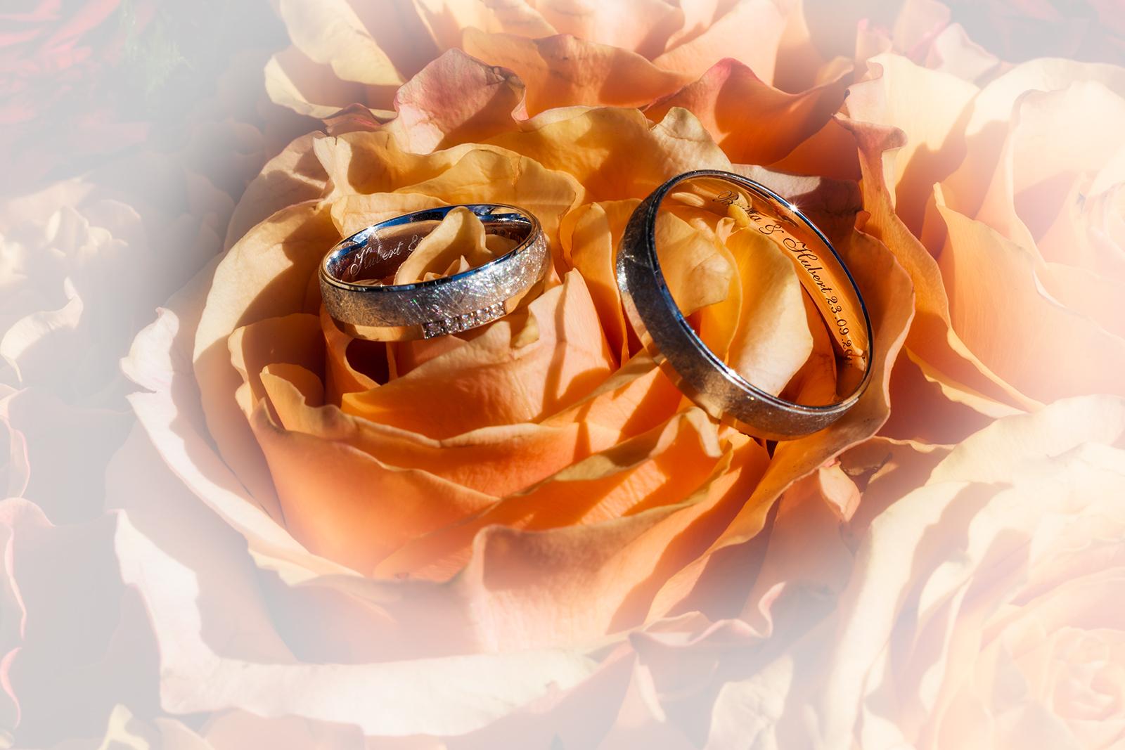 Hochzeitsfoto von einem Brautstrauß mit Ringen