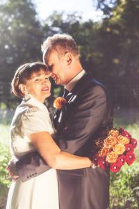 Hochzeitsfoto mit einem Brautpaar im Gegenlicht